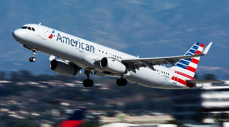 Стюардессу American Airlines отстранили отработы после спора спассажиркой