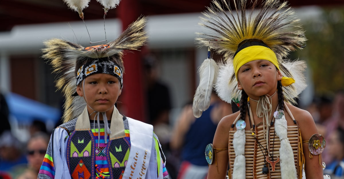 Колонки: дети индейского племени