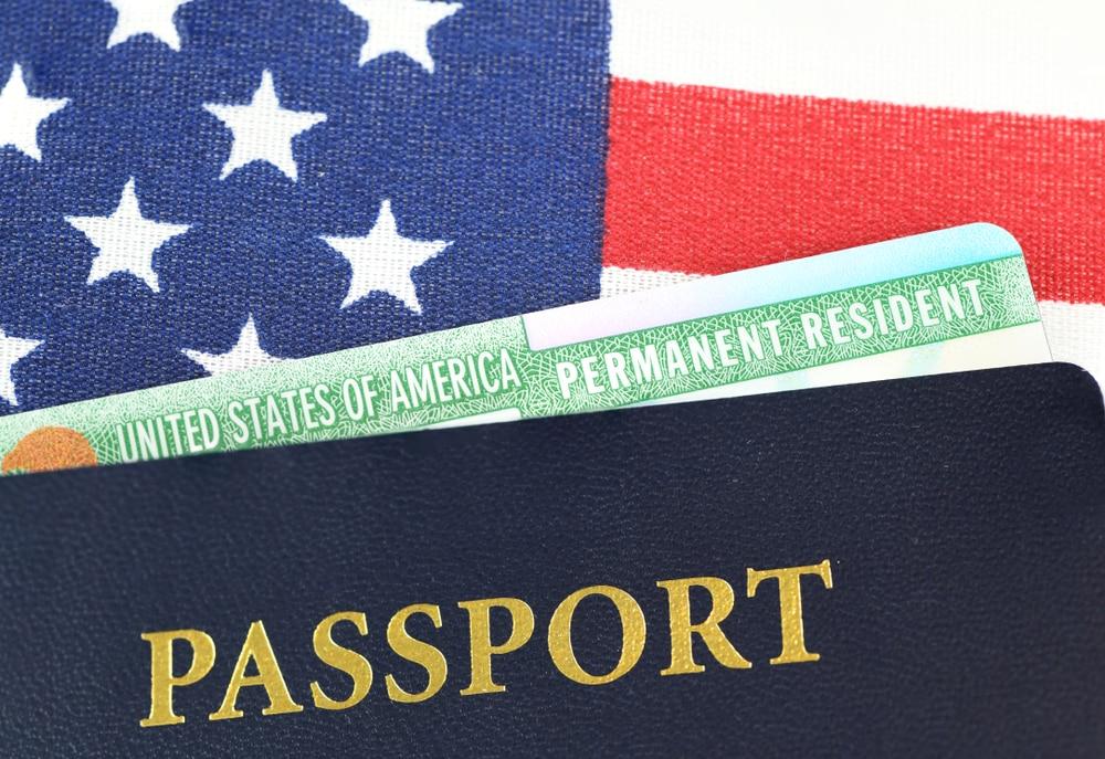 фотография документов иммигранта, получившего грин-карту
