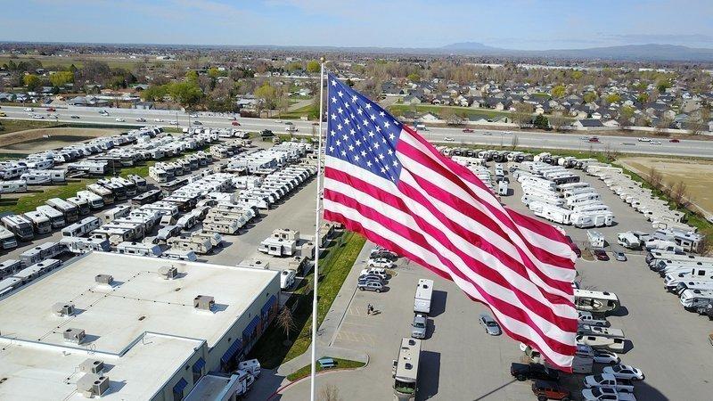 Закон и право: В Северной Каролине между властями города и бизнесменом разгорелся конфликт из-за гигантского американского флага