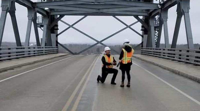 Локальные новости: Инженер поднял мост через реку до самого высокого уровня, чтобы сделать предложение возлюбленной (фото)