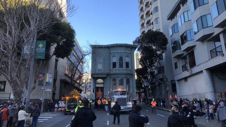 Недвижимость: По улицам Сан-Франциско проехал двухэтажный дом. Переезжал на новый адрес